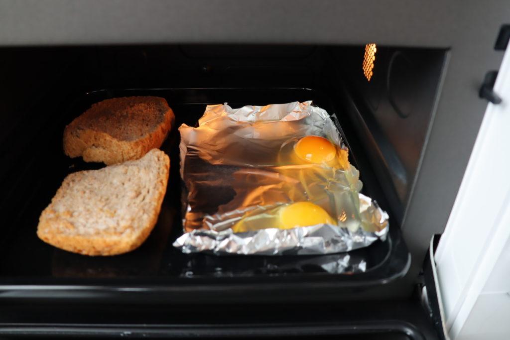 トーストと目玉焼き準備