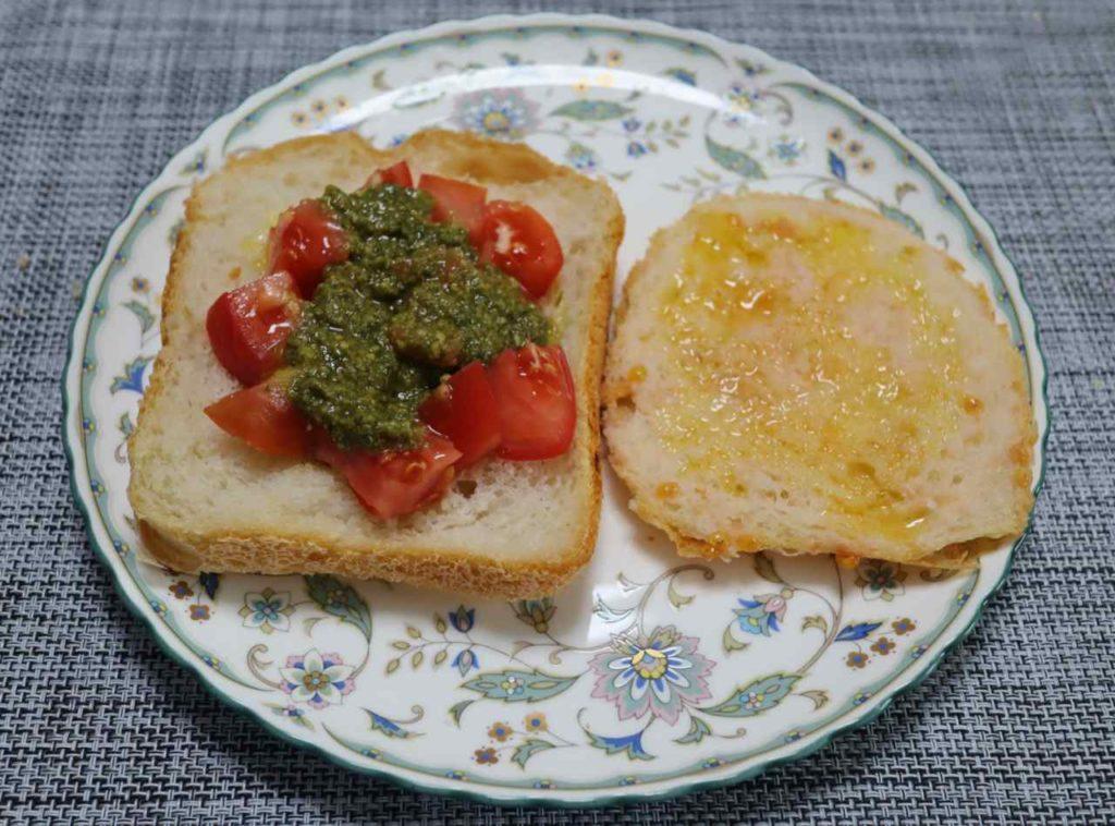 スペインのパンコントマテとイタリアのブルスケッタにバジルソースを載せ